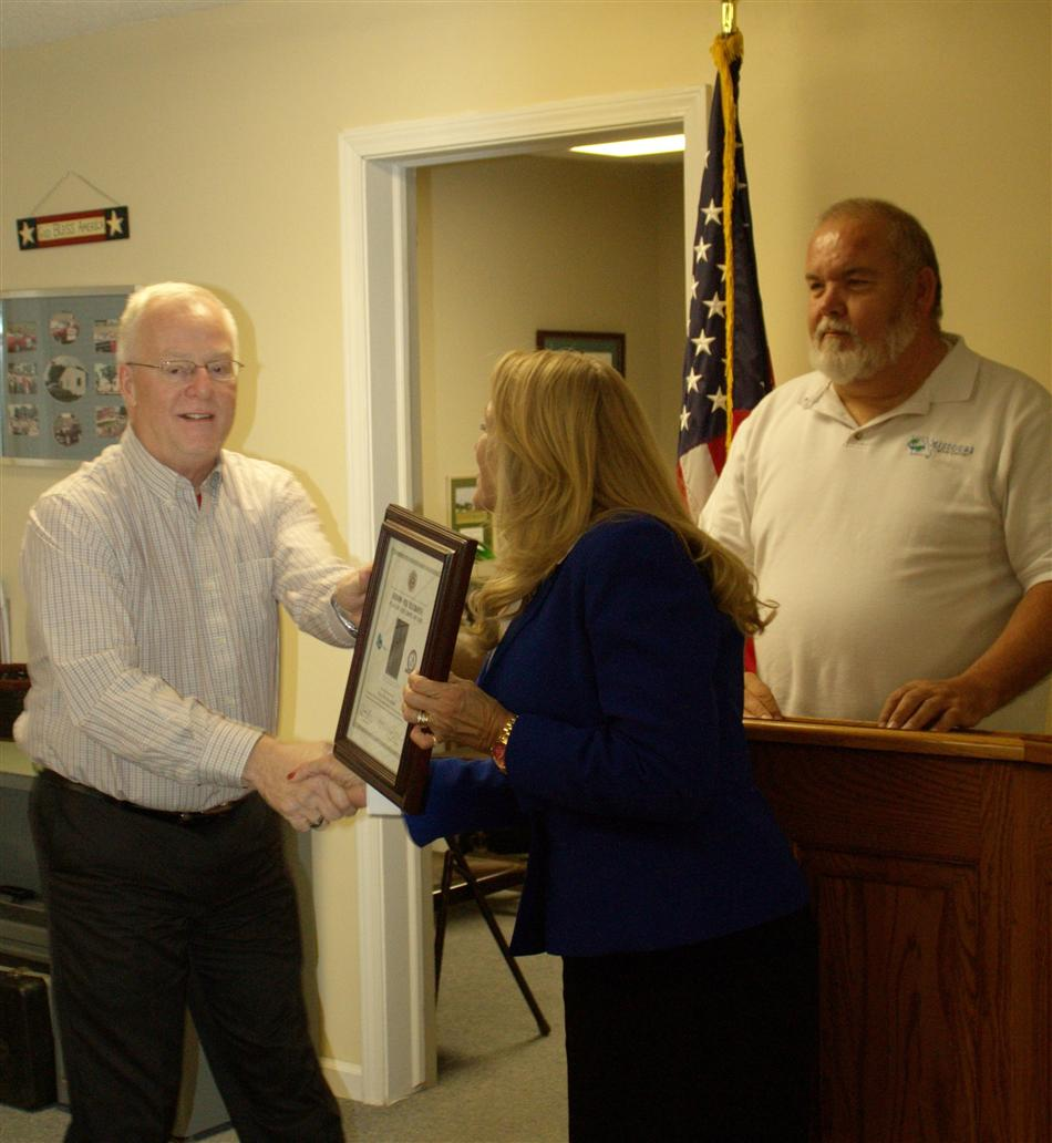 Rep. Jeanie Riddle presenting award to Mayor Lowe